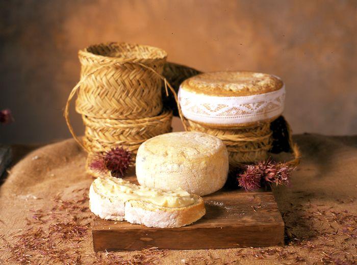 Cremositos del Zújar es una Torta Extremeña es un queso sin denominación de Origen elaborado con leche de oveja cruda, sal común y cuajo vegetal, elaborado y madurado siguiendo los métodos tradicionales y con un periodo mínimo de maduración de 60 días.