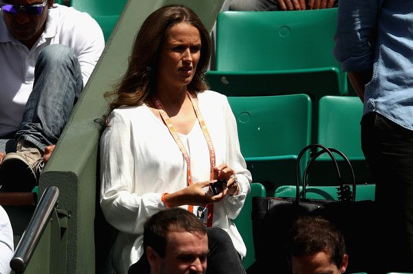 Kim Sears Photos Photos - Kim Sears, Wife of Andy Murray makes her way into Court Philippe Chatrier prior to the mens singles semi-final match between Andy Murray of Great Britain and Stan Wawrinka of Switzrerland  on day thirteen of the 2017 French Open at Roland Garros on June 9, 2017 in Paris, France. - 2017 French Open - Day Thirteen