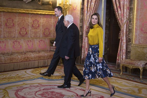Queen Letizia of Spain Photos - King Felipe VI of Spain (L) and Queen Letizia of Spain (R) receives Palestinian President Mahmoud Abbas (C) at the Royal Palace on November 20, 2017 in Madrid, Spain. - Spanish Kings Host an Official Lunch for Mahmoud Abbas in Madrid