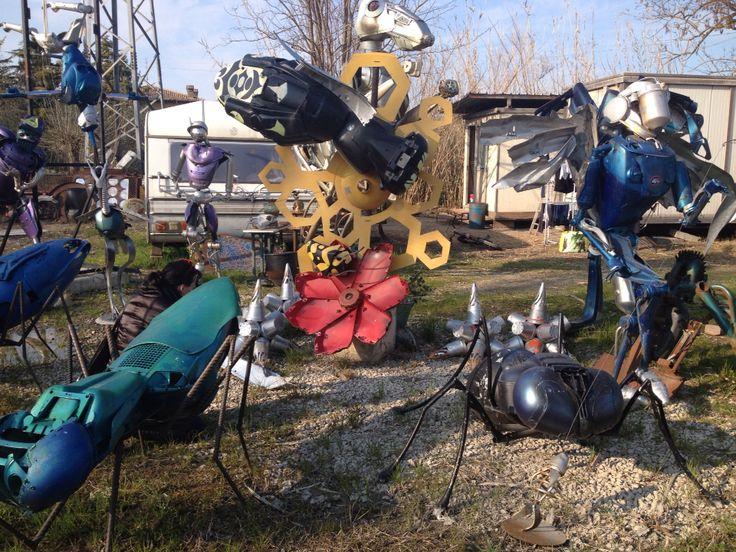 Insetti fatti con pezzi di moto a Mutonia, Santarcangelo (Rimini)