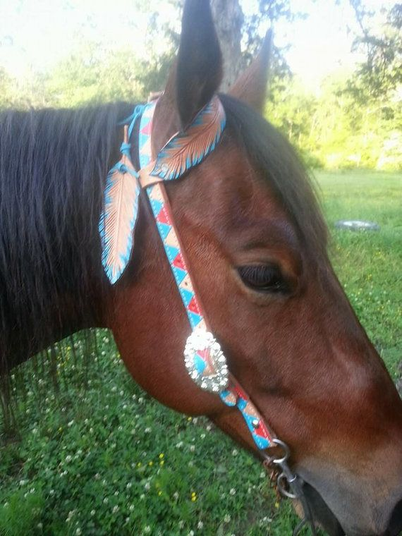 Flying Feathers attached to the headstall pole strap and a single feather ear piece make this headstall stand out in the crowd. Feathers are attached