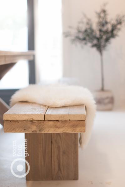 Steigerhouten keukenbank met schapenvacht   Ontspannen lunchen in je zomerverblijf   Inspiratie BVO Vloeren