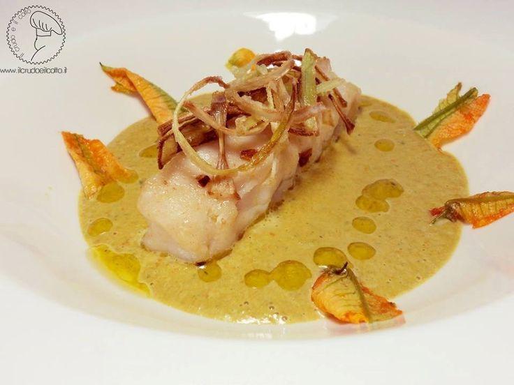 Filetto di #merluzzo con #porro croccante e salsa di fiori di #zucca | http://ilcrudoeilcotto.blogspot.it