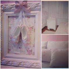 ETERNO romântico 💕💕💕 Neste quartinho,o cor-de-rosa aparece nos detalhes.Bordados sobre algodão,babados e Richelieu personalizam o kit berço,as roupas de cama e as almofadas que reforçam o romantismo e a feminilidade.  Atendemos com hora marcada Pedidos e orçamentos: heloisacpc@gmail.com  #quadrobailarina #quadros#almofadas#abajur #gravida#gestante#bailarina #bebe#almofadas #maternidade #quadromaternidade #acessoriosbebe#lembrancinhas #kitberço#abajur #quartomenina #quartobebe #camababa