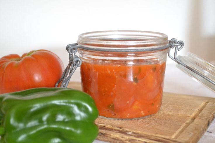 Bocaux de sauce tomates aux herbes du jardin