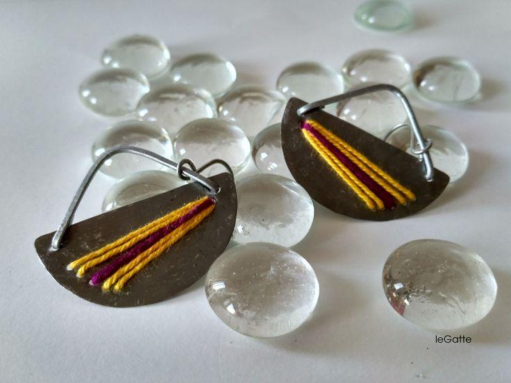 Orecchini Ventaglio in metallo riciclato e fili di cotone colorato : Orecchini di legatte