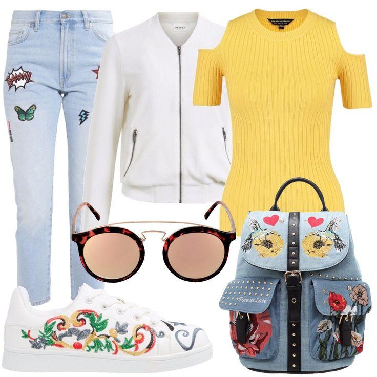 Total look composto da: t-shirt gialla, bomber con tasche laterali, jeans slim fit 7/8 con patches, zainetto in jeans con borchie e patches, sneakers bianche ed infine occhiali da sole.