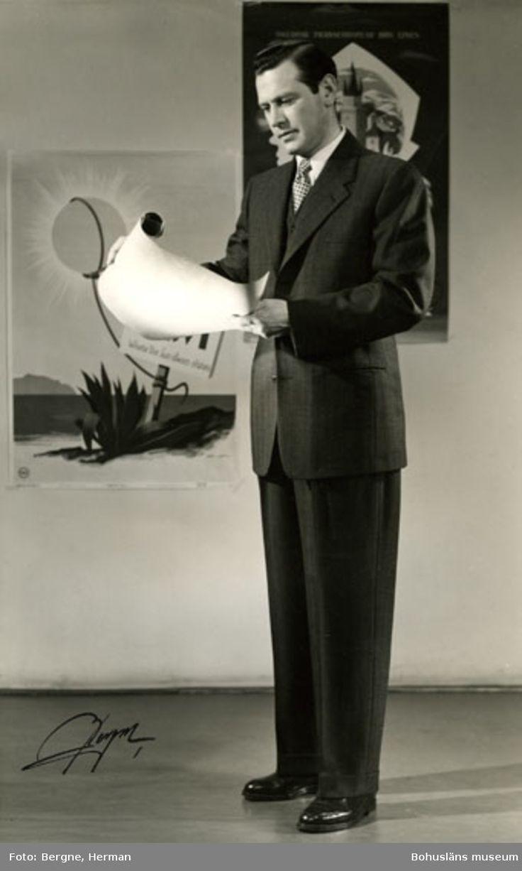 Man i mörk kostym. Schwartsmans hade modevisning i Stockholm för sina kunder, 1968.