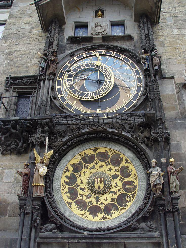 Astronomische klok, Het astronomische uurwerk van Praag (Tsjechisch: Staroměstský orloj of Pražský orloj) is een middeleeuws astronomisch uurwerk in het centrum van de Tsjechische hoofdstad Praag. Het uurwerk is bevestigd aan de zuidelijke muur van het Oudestadsraadhuis aan het Oudestadsplein in de Oude Stad van Praag.  Het geheel bestaat uit drie hoofdonderdelen.  Het eerste onderdeel in het midden, de astronomische wijzerplaat geeft de tijd aan en laat de stand van de zon zien.