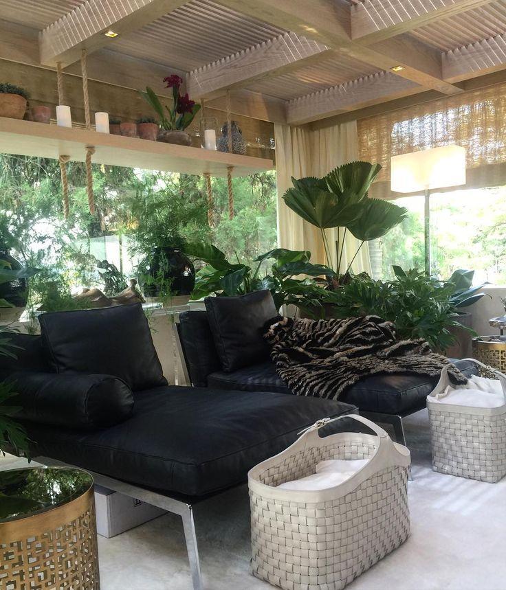 Com jeitinho de gazebo de inverno o jardim suspenso é um espaço aconchegante e convidativo... Detalhe para a estante flutuante com orquídeas linda de viver!  Projeto das arquitetas Andrea Teixeira e Fernanda Negrelli.