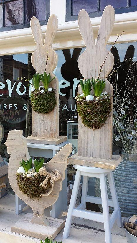 Steigerhouten Hazen en Kippen met bloemwerk van mos en bollen, ook leuk om een ruif aan te hangen
