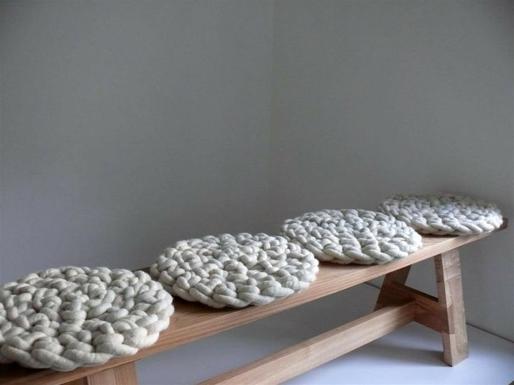 Bequemes gehäkeltes Sitzkissen aus natürlicher Schurwolle - Made in Germany - InteriorPark.