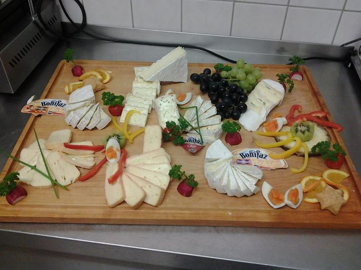 Abends verwöhnen wir unsere Gäste mit drei Menüs zur Wahl oder mit Gerichten von unserer Abendkarte. Dazu gibt es Salate vom Buffet.