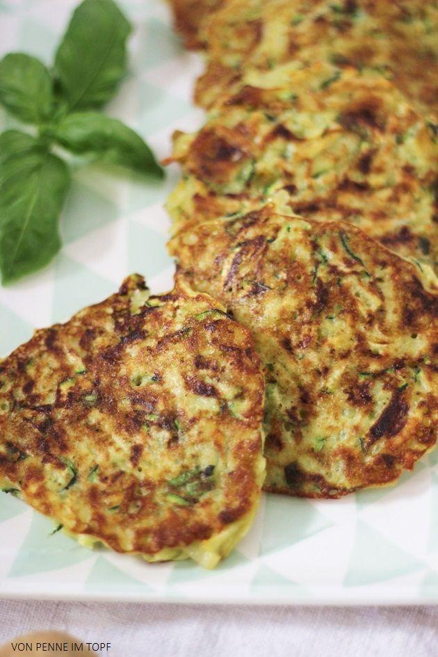 Penne im Topf: Zucchini - Kartoffel - Puffer mit Basilikum - je ca. 500 g Zucchini + Kartoffel raspeln + Salz + Pfeffer -> 10 min ziehen -> Masse ausdrücken + 1 gewürfelte Knoblauchzehe + 1/2 Bund gehacktes Basilikum + 2 Eier + 2 gehäufte El Mehl -> mit Salz, Pfeffer, Muskat würzig abschmecken -> braten, je 1EL Masse pro Puffer (evtl. beim nächten mal versuchen im Ofen zu backen)