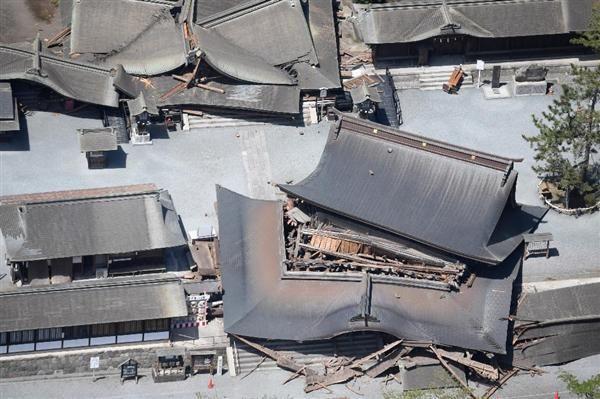 地震で損壊した阿蘇神社=16日午前11時14分、阿蘇市(本社ヘリから)