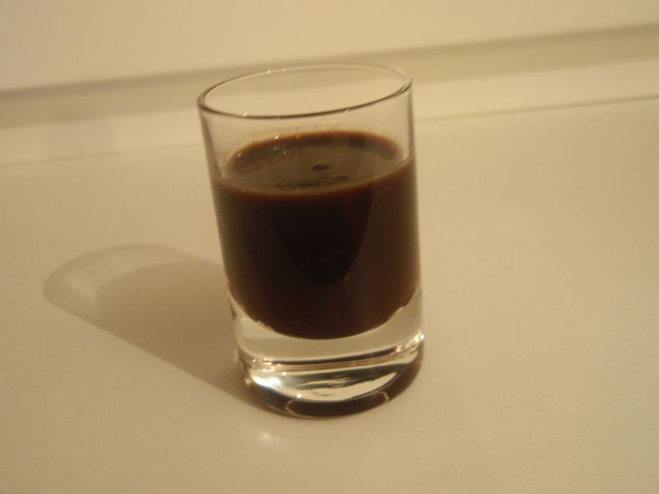 Pivo s cukrem dáme vařit do kastrolu, přidáme kakao a pořádně provaříme. Přidáme rozlámanou čokoládu a pořádně promícháme. Necháme vychladnout. Přilijeme slivovici nebo rum. Plníme do lahví a pijeme dle chuti.