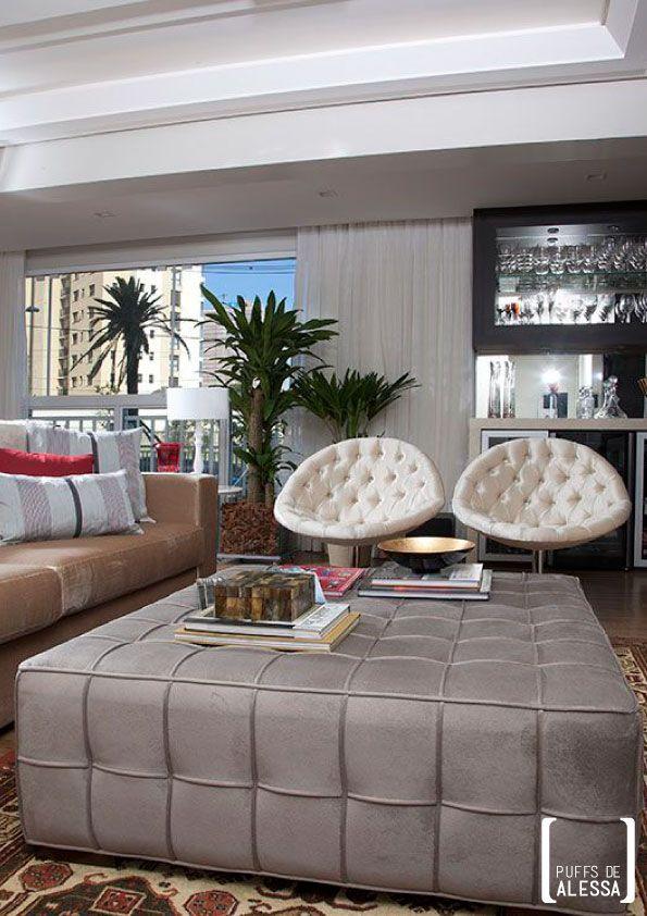Sofisticado e clean, este puff quadrado vai destacar a decoração de qualquer ambiente. Do residencial ao comercial, com conforto e requinte. Na cor fendi.