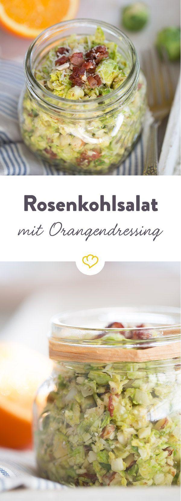 Fruchtig und würzig kommt dieser luftig-lockere Salat daher: Knusprige Mandeln und würziger Bacon tummeln sich auf einem Bett aus feinen Rosenkohlstreifen.