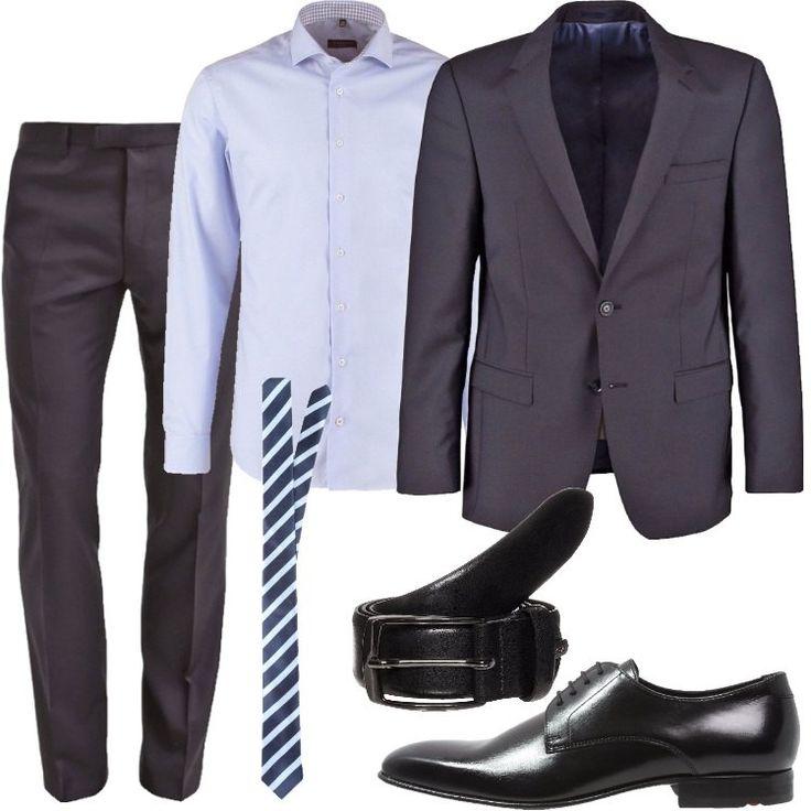 Pantaloni grigi, giacca anch'essa grigia, con tasche laterali e taschino a sinistra, camicia azzurra a maniche lunghe con collo alla francese, cravatta in seta a righe diagonali blu e azzurre, cintura nera con chiusura a fibbia, scarpe stringate, in pelle con punta leggermente squadrata.
