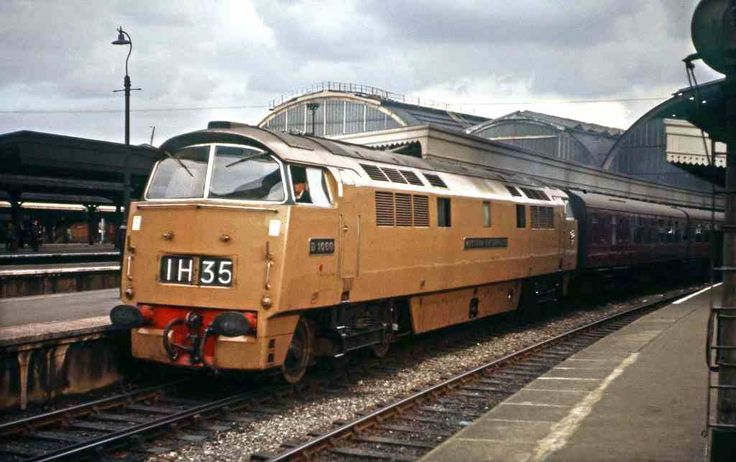 D1000 'Western Enterprise' in her experimental, 'Desert Sand' livery at Paddington, 5th Sept 1962. Built at Swindon Works and delivered to Laira Depot on 29th Dec 1961. Withdrawn on 11th Feb 1974 and cut up at Swindon Works on 31st July 1974. (David Christie)