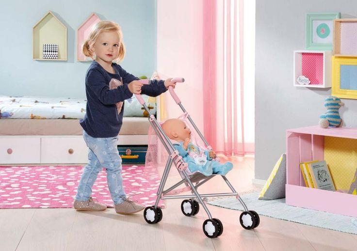 BABY born tak ráda cestuje se svou maminkou ve svém pohodlném kočárku hole. Je velmi pohodlný a nechybí mu ani bezpečnostní pásy, aby BABY born náhodou nevypadla. Všechny nezbytnosti pro panenku nebo cokoli co nakoupíte po cestě, snadno schováte do velké síťovky. Kolečka jsou tak tichá, že si panenka může zdřímnout i když jedete po hrbolaté cestě.