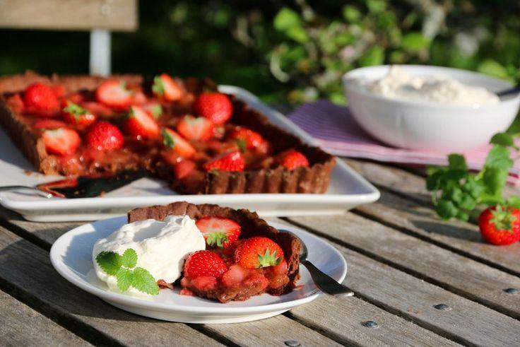 Sjokoladeterte med rabarbra- og jordbærkompott