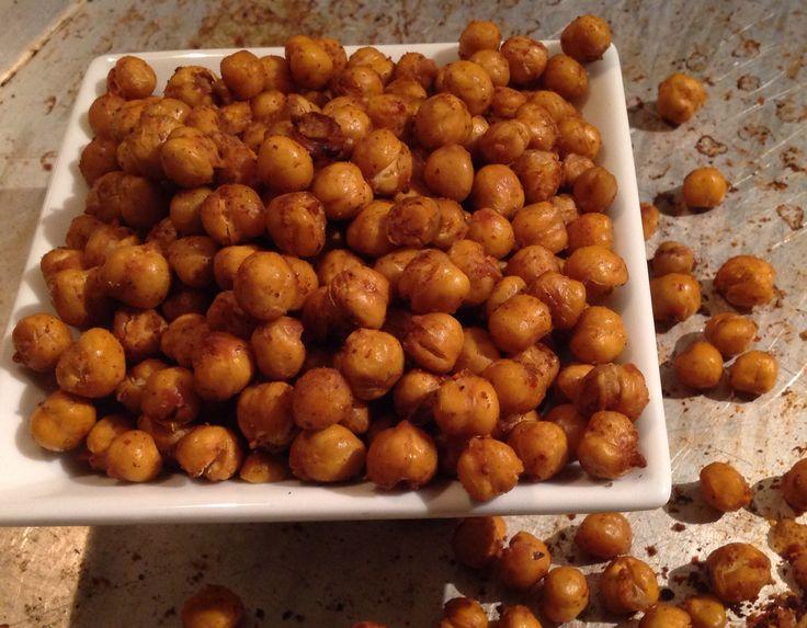 Pois chiches épices et parmesan.   http://www.troisfoisparjour.com/recettes/collation/pois-chiches-croustillants-aux-epices-au-parmesan