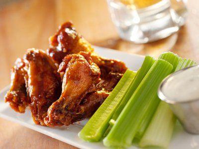 Alitas Buffalo (BUFFALO WINGS) | Las alitas bufalo es una receta clásica dentro de la gastronomía americana. Es un platillo perfecto para acompañar cualquier evento deportivo o para ofrecer como botana en una reunión con amigos. ¡Pruébalas!