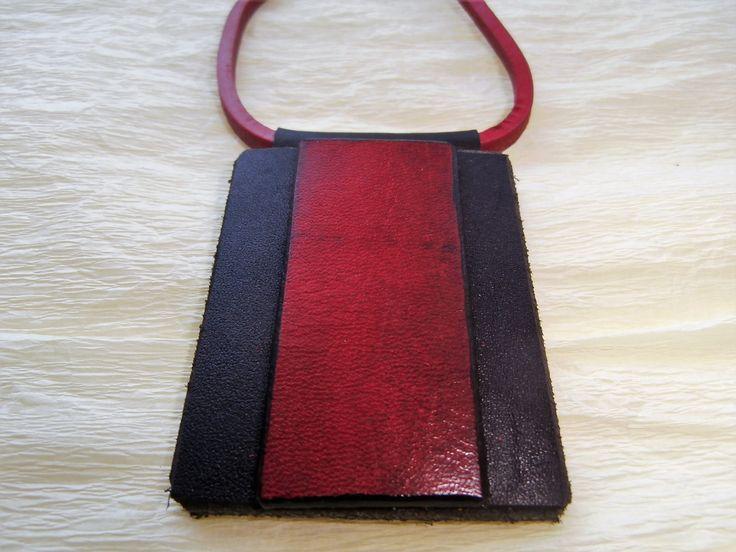Kožený+přívěšek...červená+na+černé...+Přívěšek+je+vyroben+ze+dvou+kousků+kůže,+vespod+je+černá+4,5+cm+x+5,5+cm,+tloušťka+4mm.+Zdobená+je+páskem+červené+kůže,+která+je+patinována+do+černé+a+hrany+jsem+zatřela+černou+barvou.+Pásek+červené+kůže+má+rozměr+2,5+cm+x+5,5+cm.+Přívěšek+má+tunel+z+černé+kůže+na+provlečení+červeného+koženého+pásku....