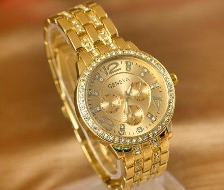 Luxusné unisex hodinky Geneva v zlatej farbe. Sleduje svoj čas štýlovo s týmito luxusnými hodinkami v zlatej farbe. Hodinky Geneva Vás uchvátia svojim vkusným, elegantným a nadčasovým dizajnom. Pokiaľ chcete spestriť svoj outfit a sledujete aktuálne módne trendy, tieto hodinky sú určené práve pre Vás. Ciferník je zdobený 17 kryštálmi a 3 dekoratívnymi ciferníkmi ktoré slúžia len ako dekorácia hodiniek. http://www.luxusne-doplnky.eu/