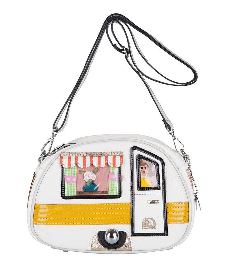 Kom helemaal in de zomerse sfeer met deze caravan tas van Bulaggi! Aan de voorzijde zijn alle details van een caravan afgebeeld. Het hoofdvak van de tas sluit middels een rits.