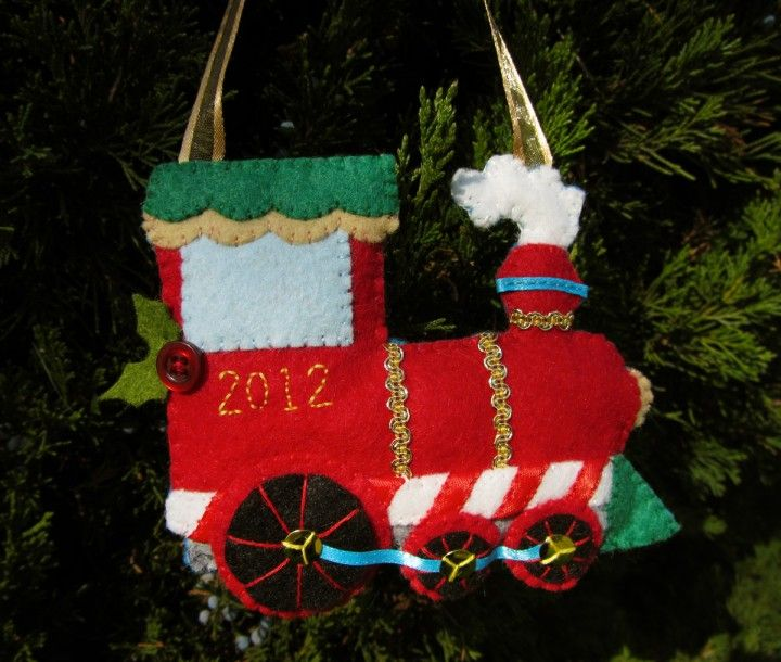 Felt Holiday Train Ornament--free pattern and tutorial.