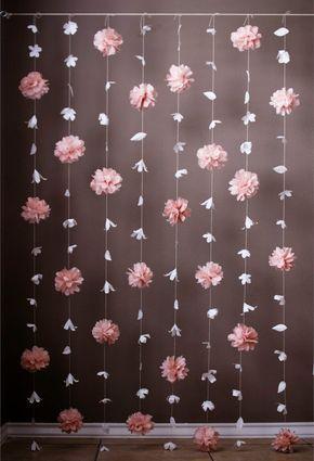 Questo è stupendo display dispone di una combinazione della ghirlanda di fiori di carta ispirato Anthropologie - e la ghirlanda di pasta di carta velina. Questi filamenti unici sarebbero stupenda come sfondo per un matrimonio, festa di compleanno o qualsiasi altra occasione speciale. Questo sfondo include 8 fili di garland. Ogni filo misura 6 piedi di lunghezza e comprende 3 soffi di carta velina che hanno stati sparpagliati con i fiori di carta delicata. Il display è 3,5 ft ampia con ogni…