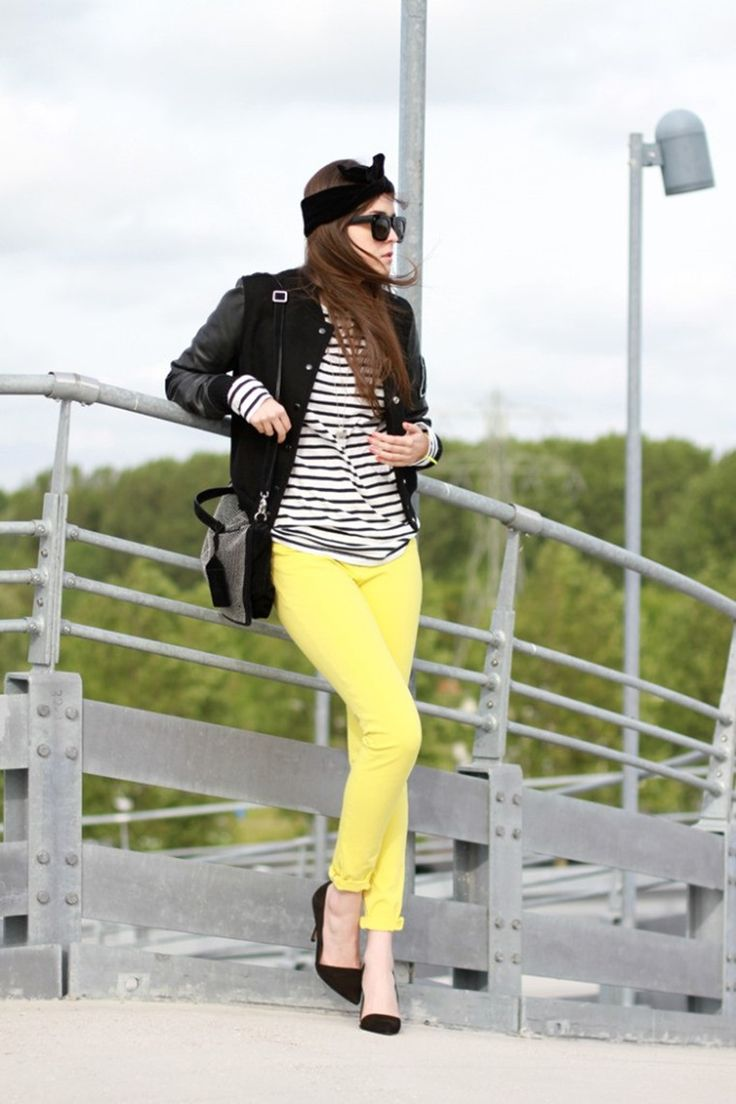 mujer pantalon amarillo