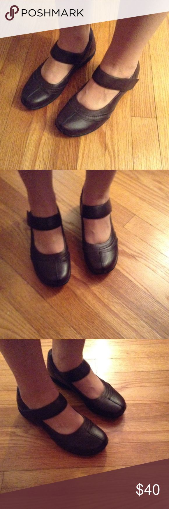 Clarks Bendables Brown Slippers size 7.5 LN Great pair of Clarks from their Bendables line in size 7.5. Super comfy. Strap goes across the top of the foot and Velcros. Worn only a few times. B2 Clarks Shoes Flats & Loafers