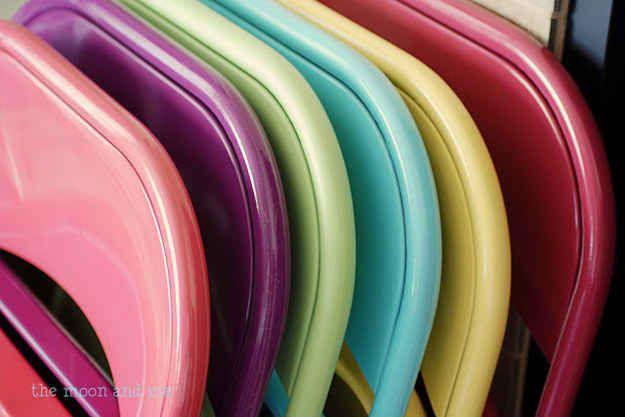 Adicione um colorido nas cadeiras metálicas dobráveis para receber convidados no quintal.
