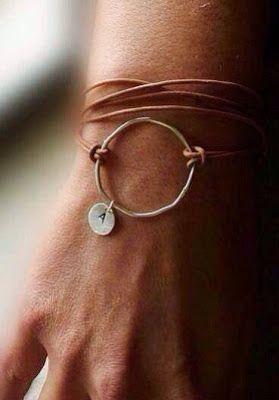 Tynn, lang lærreim, en tynn, men ganske stor ring i diameter og en liten navneplate med A på. Eller dropp plata, eventuelt bytt den med en lite anheng, eller en stein/perle.  Funnet på mechantdesign.blogspot