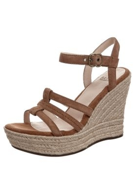A simple, camel, strappy wedge. Why can't I find sth like this in a more affordable price range?!
