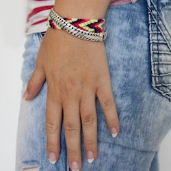 DO-IT-YOURSELF: Knoop je eigen kleurrijke armbandjes!