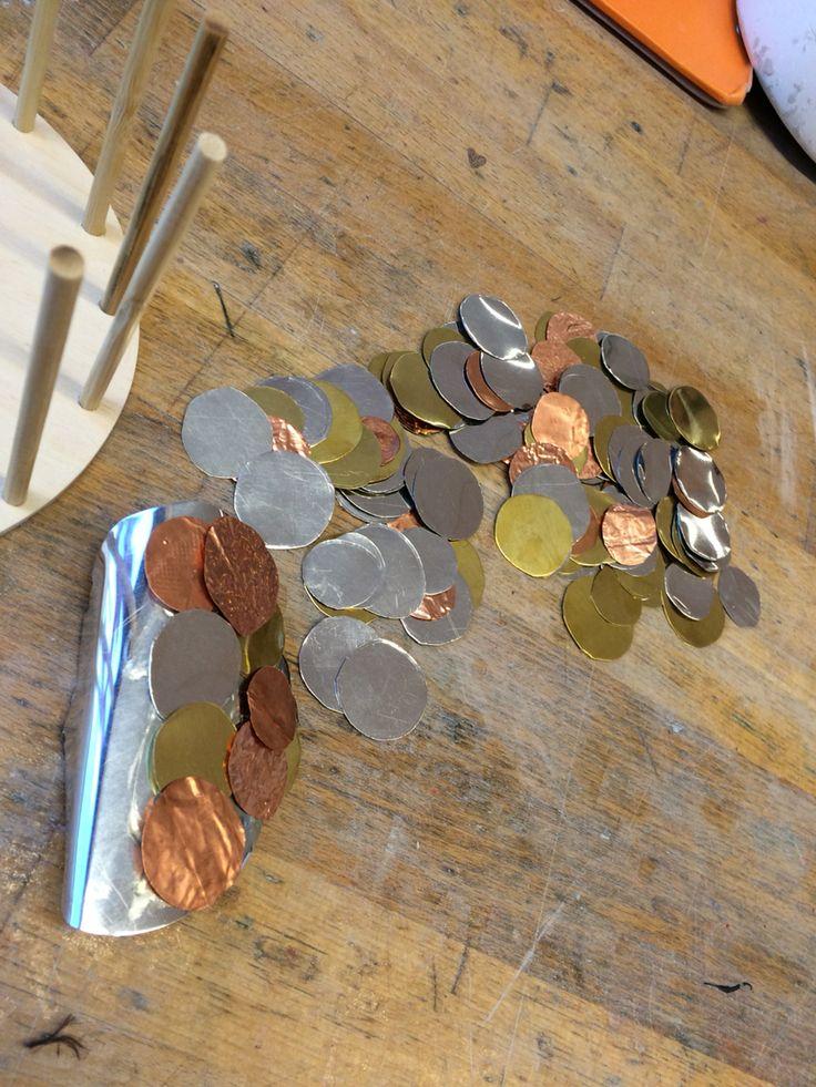 Om de muntjes goed als een soort bergje te laten liggen, heb ik een metalen plaatje iets verbogen zodat je niet perse met muntje een bergje hoeft te maken. Je hoeft zo alleen maar het bovenste laagje met muntjes te beplakken.