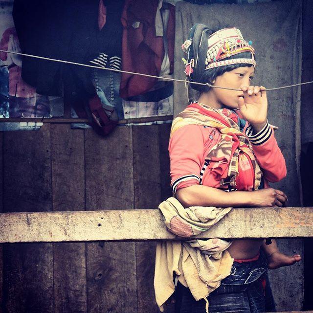 #luangnamtha #northlaos  #laos #trekking #beauty #akha #tribe #woman at home with baby #ilovelaos #pasonoroeste #love