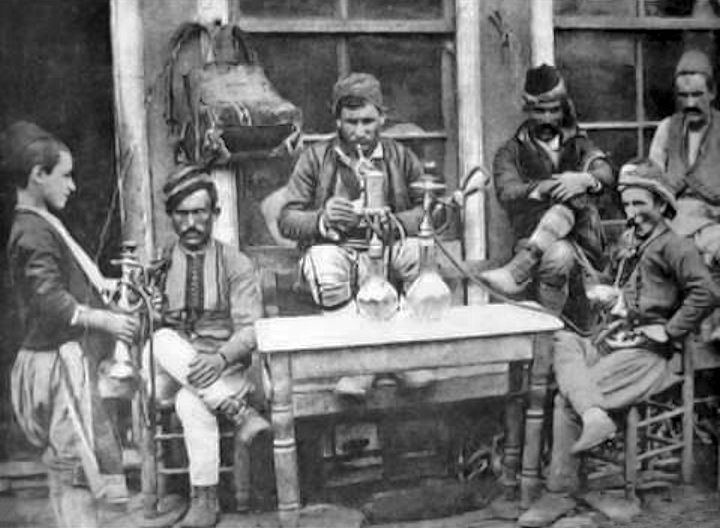Αρναούτηδες με ναργιλέδες σε καφενεδάκι το 1890