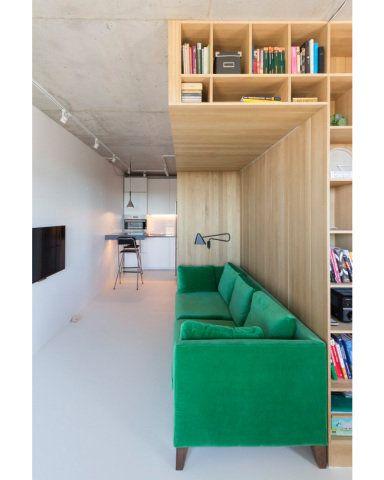 Além de contar com vários nichos, a estrutura define os espaços para a cama e para o sofá no apartamento de 47 m²