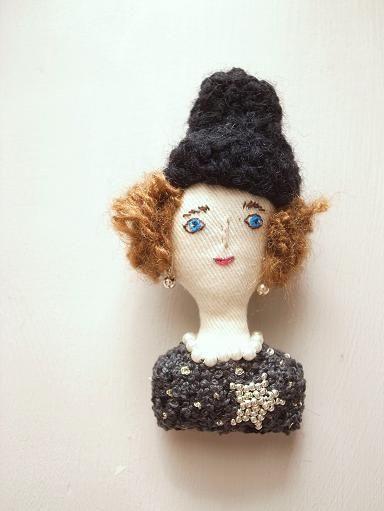 ニット帽の女の子ブローチ