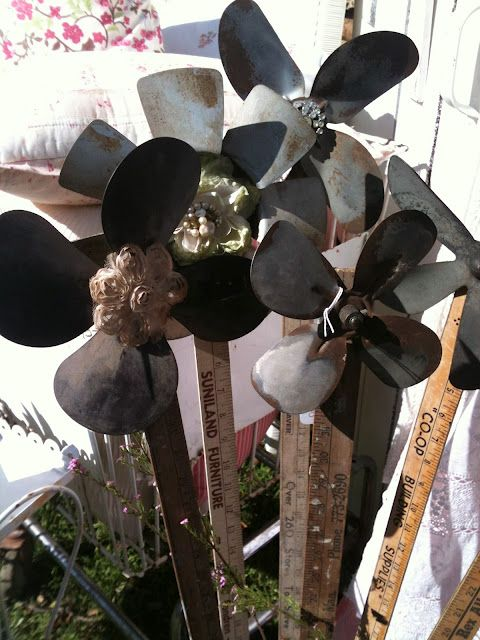 Great way to recycle old fan blades, make flowers for the garden.
