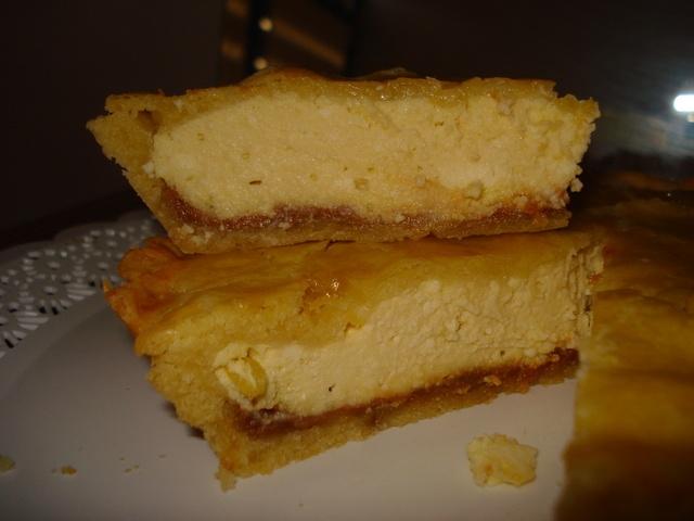 Tarta de ricota y ralladura de limón. Ver receta: http://www.mis-recetas.org/recetas/show/13737-tarta-de-ricota-y-ralladura-de-limon