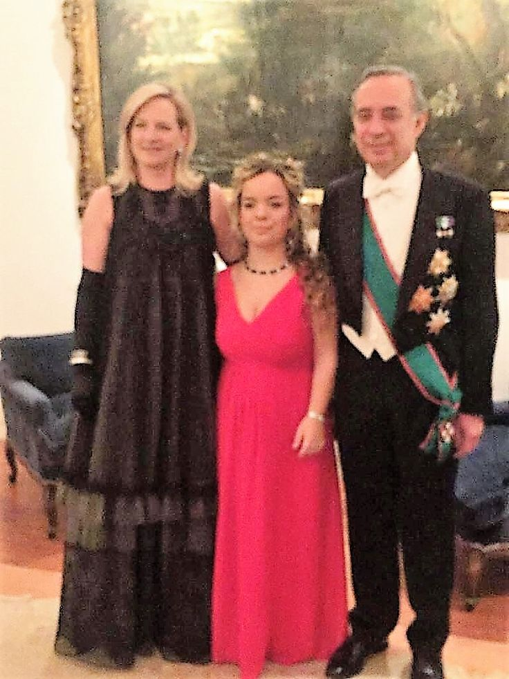 On the occasion of the annual reception of Christmas greetings for the members of the Diplomatic Corps in the presence of Her Majesty Queen Elizabeth II at Buckingham Palace, Mrs. Karen Lawrence Terracciano consort of the Italian Ambassador S E. Pasquale Terracciano chose to wear a Haute Couture dress signed by the designer Michele Miglionico. #michelemiglionico  #highfashion #karenlawrenceterracciano #ambasciataditalia #londra #pasqualeterracciano #buckinghampalace #queenelizabeth