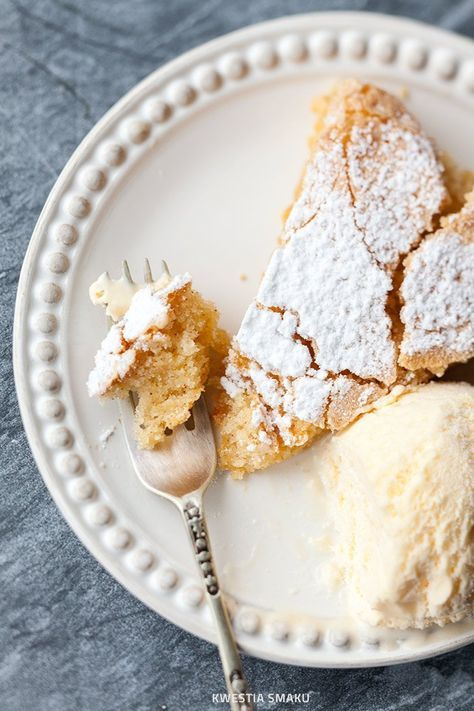 Ciasto bez mąki, bezglutenowe SKŁADNIKI 3 duże jajka 150 g cukru skórka starta z 1 małej cytryny 1/2 łyżeczki cynamonu 150 g zmielonych obranych migdałów cukier puder do posypania