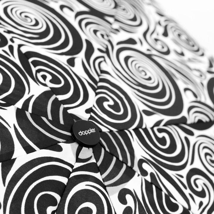 Spiralny wzór na parasolu Aurora. Aż kipi elegancją! Czarno-biała kolorystyka, klasyczny styl, wytrzymałość...   #parasoledlaciebie #parasol #sklepzparasolami #umbrellashop #umbrella #doppler