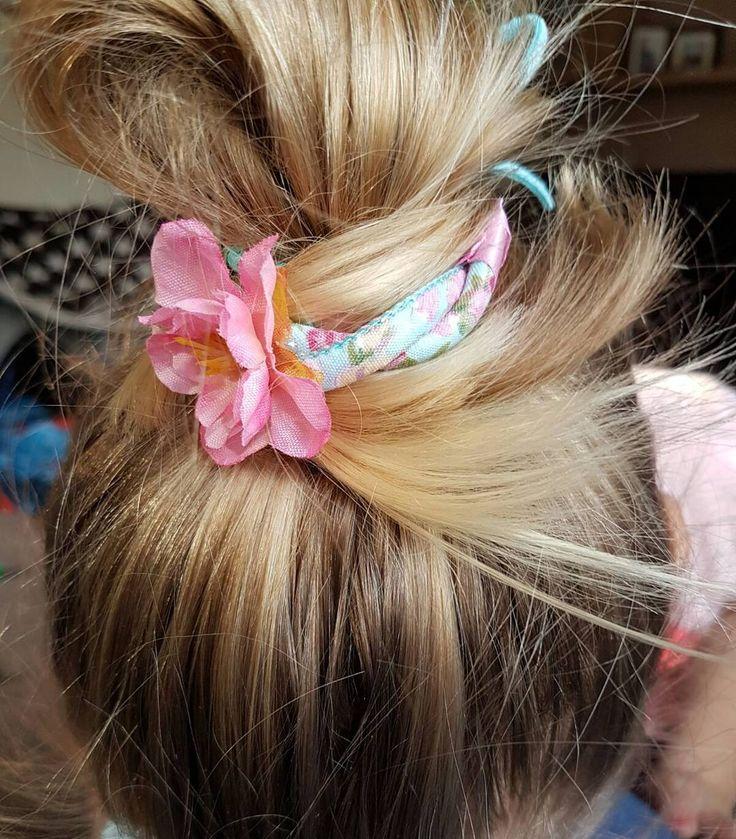 Hippe klantjes!! Zo leuk dat de Haar knot bandjes erg goed in smaak vallen bedankt klara mulder voor het toesturen van deze toffe foto. #haarknot #hippeknot #messybun #haarknotbandje #knot #zomers #lente #haaraccessoires #hippemeiden #meiden #hairfashion # hair